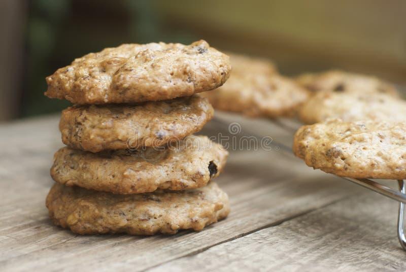 Σπιτικά oatmeal μπισκότα στον ξύλινο αγροτικό πίνακα Γλυκό πρόχειρο φαγητό επιδορπίων, υγιή τρόφιμα διάστημα αντιγράφων στοκ φωτογραφία με δικαίωμα ελεύθερης χρήσης