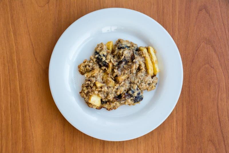 Σπιτικά oatmeal μπισκότα στο πιάτο στον ξύλινο πίνακα στοκ εικόνες