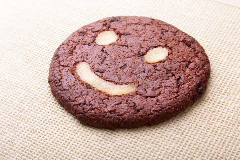 Σπιτικά oatmeal μπισκότα στο ψάθινο καλάθι στο παλαιό επιτραπέζιο υπόβαθρο Υγιής έννοια πρόχειρων φαγητών τροφίμων διάστημα αντιγ στοκ φωτογραφία με δικαίωμα ελεύθερης χρήσης