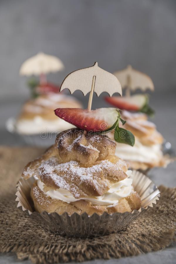 Σπιτικά profiteroles με την κρέμα, τις φράουλες και τη μέντα Επιδόρπιο για τα gourmets στοκ εικόνα με δικαίωμα ελεύθερης χρήσης