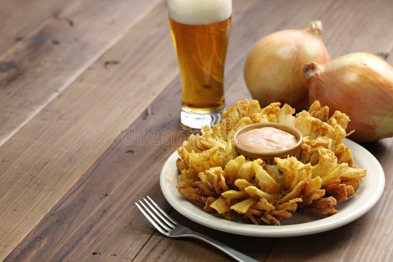 Σπιτικές ανθίζοντας κρεμμύδι και μπύρα στοκ εικόνα με δικαίωμα ελεύθερης χρήσης