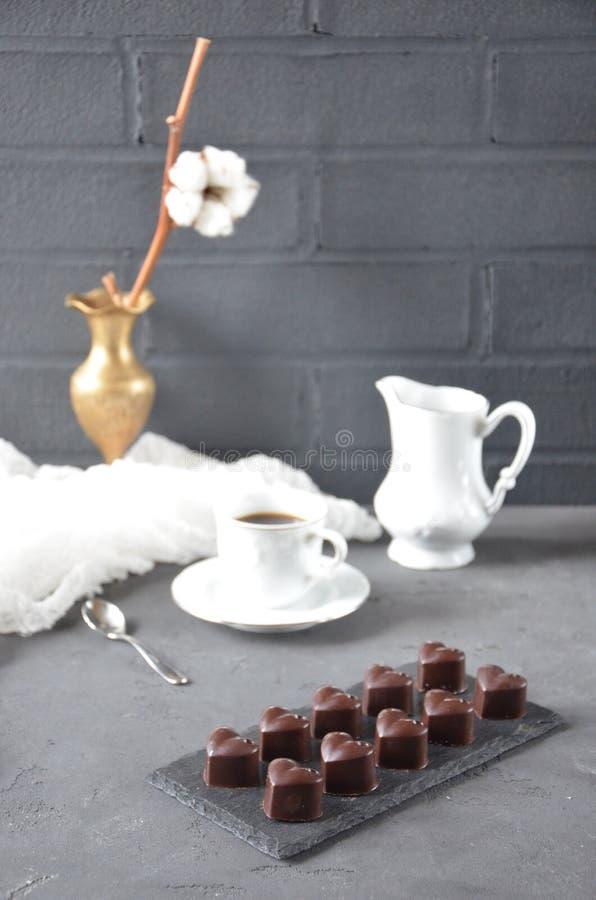 Σπιτικές διαμορφωμένες καρδιά καραμέλες σοκολάτας στοκ εικόνες
