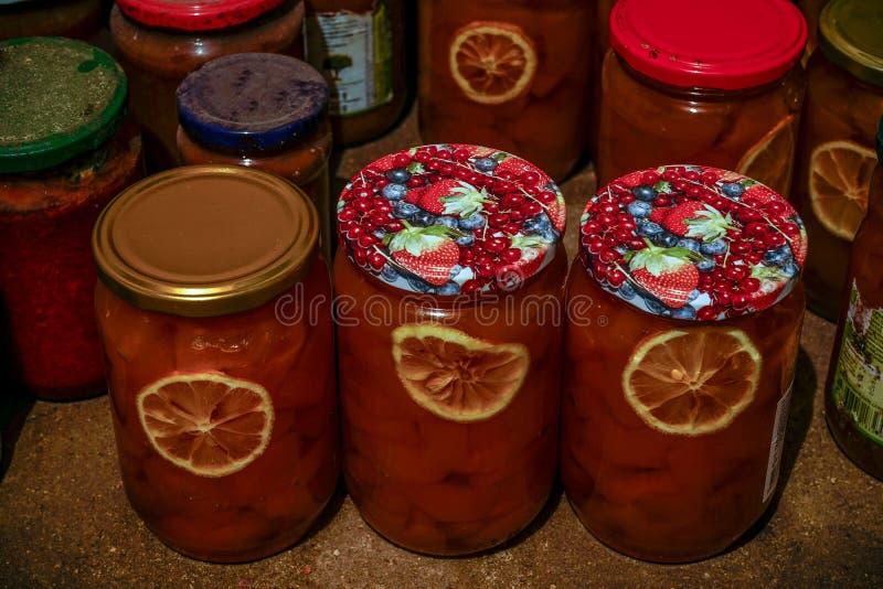 Σπιτικές μαρμελάδες στο βάζο έτοιμο για το χειμώνα στοκ φωτογραφίες