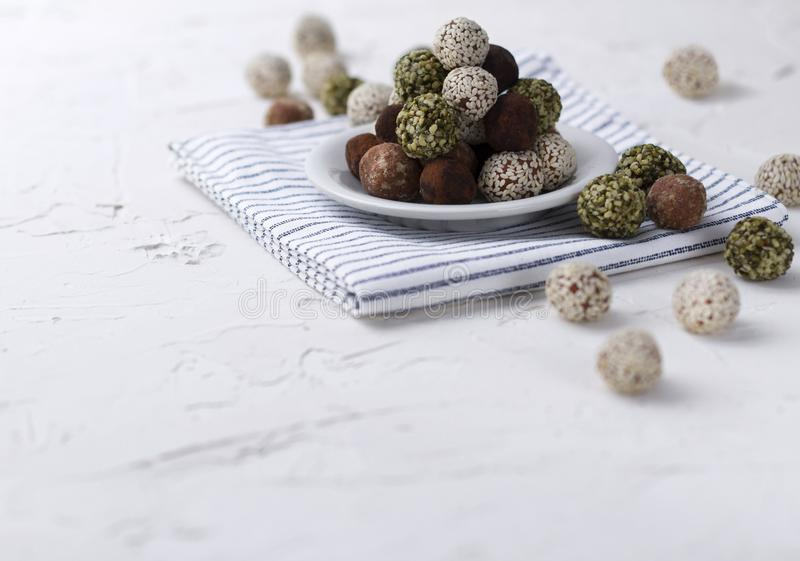 Σπιτικές οργανικές υγιείς ακατέργαστες ενεργειακές γλυκές σφαίρες σε ένα πιάτο με μια πετσέτα στοκ φωτογραφία με δικαίωμα ελεύθερης χρήσης