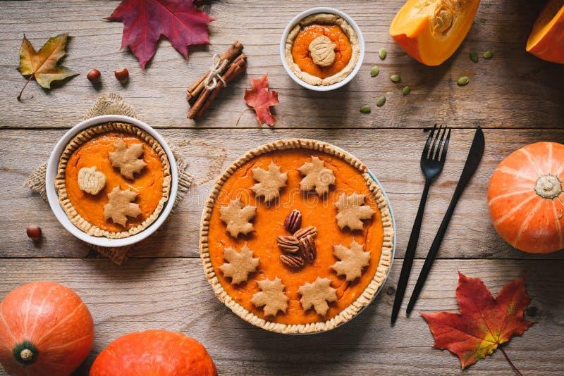 Σπιτικές πίτες κολοκύθας ημέρας των ευχαριστιών στον ξύλινο πίνακα στοκ εικόνα