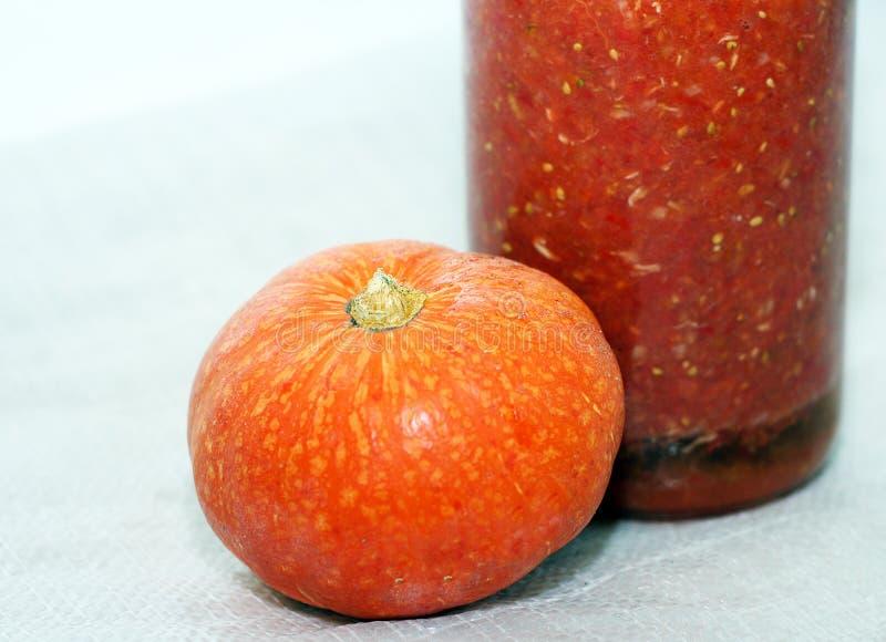 Σπιτικές παστωμένες ντομάτες στο βάζο και την κολοκύθα στοκ φωτογραφίες