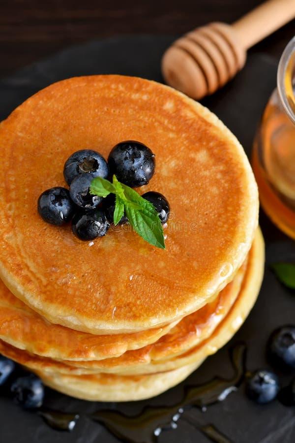 Σπιτικές τηγανίτες βρωμών με το μέλι και βακκίνια για το πρόγευμα στοκ εικόνα με δικαίωμα ελεύθερης χρήσης