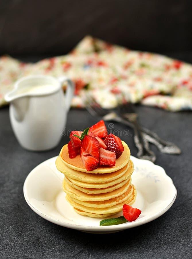 Σπιτικές τηγανίτες με τις φράουλες στοκ εικόνα