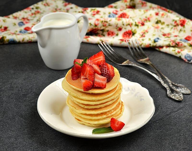 Σπιτικές τηγανίτες με τις φράουλες στοκ εικόνες