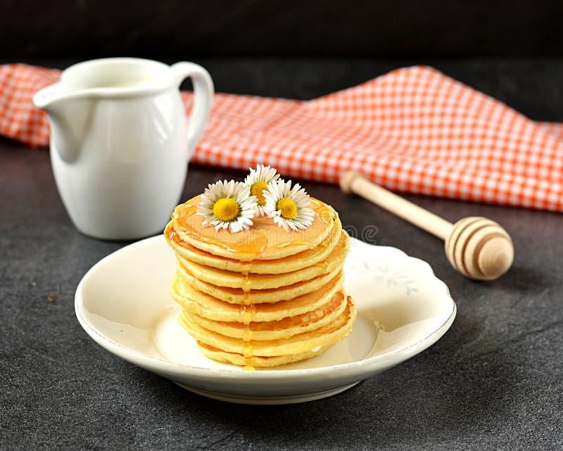 Σπιτικές τηγανίτες με το μέλι στοκ εικόνα