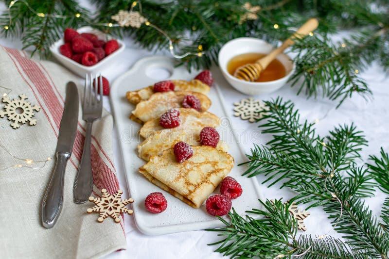 Σπιτικές τηγανίτες με το σμέουρο και το μέλι, Χριστούγεννα και νέο έτος Decorr στοκ εικόνες