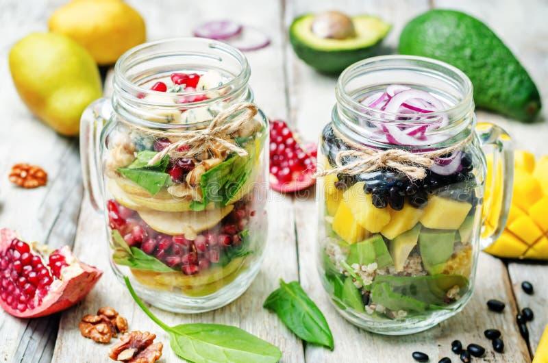 Σπιτικές υγιείς σαλάτες με τα λαχανικά, τα φρούτα, τα φασόλια και quinoa στοκ εικόνες