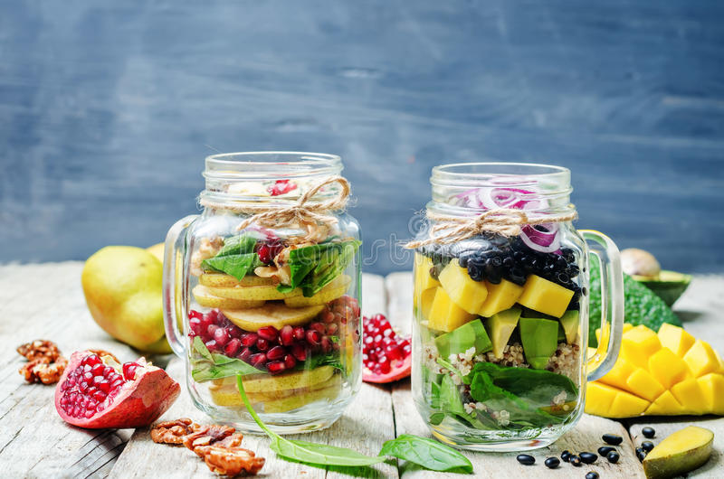 Σπιτικές υγιείς σαλάτες με τα λαχανικά, τα φρούτα, τα φασόλια και quinoa στοκ φωτογραφία με δικαίωμα ελεύθερης χρήσης