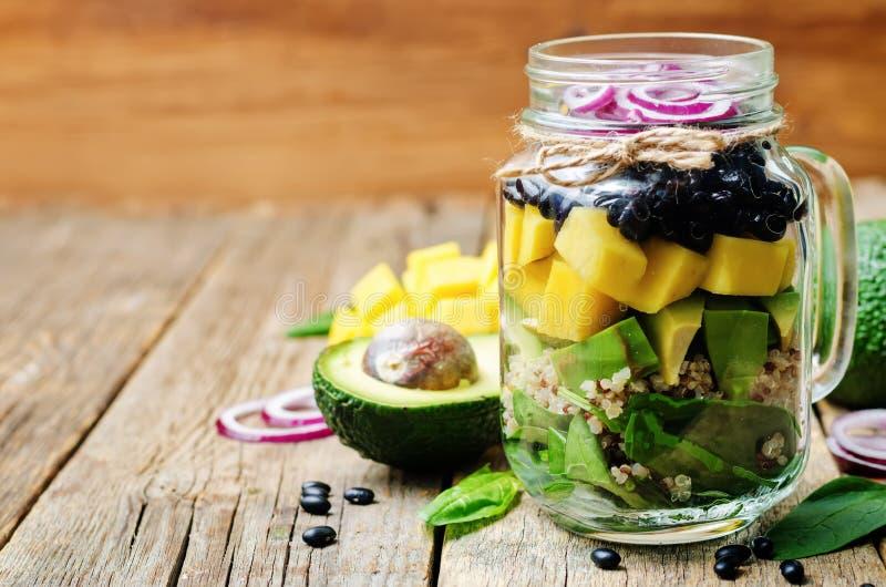 Σπιτικές υγιείς σαλάτες με τα μαύρα φασόλια, λαχανικά, φρούτα, στοκ εικόνες με δικαίωμα ελεύθερης χρήσης