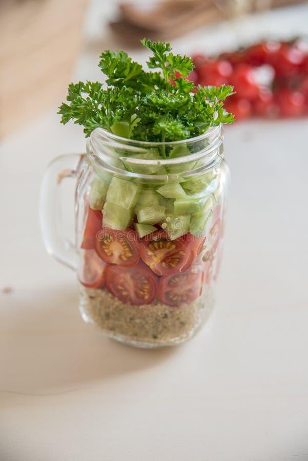 Σπιτικές υγιείς σαλάτες με quinoa στο βάζο στοκ εικόνα