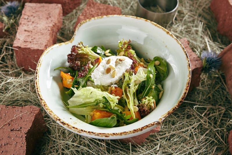 Σπιτική αγροτική σαλάτα με ψημένο Mousse κολοκύθας και τυριών στο εκτάριο στοκ εικόνες