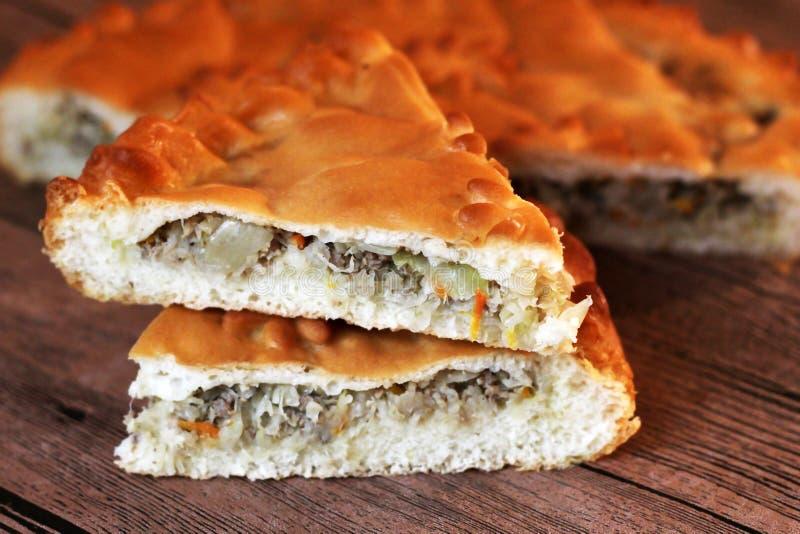 Σπιτική αυστραλιανή πίτα κρέατος στην ξύλινη επιτραπέζια κινηματογράφηση σε πρώτο πλάνο στοκ εικόνα με δικαίωμα ελεύθερης χρήσης