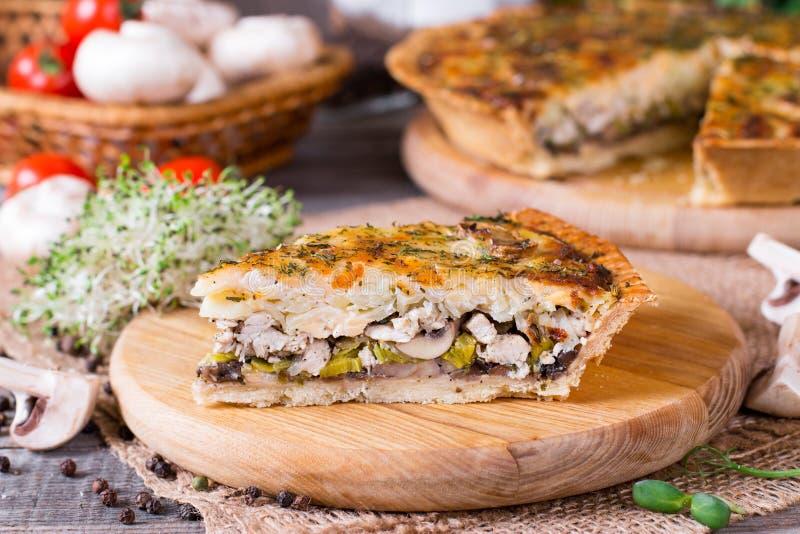 Σπιτική γαλλική πίτα πίτα με τα μανιτάρια και τυρί πέρα από το αγροτικό ξύλινο υπόβαθρο στοκ φωτογραφία με δικαίωμα ελεύθερης χρήσης