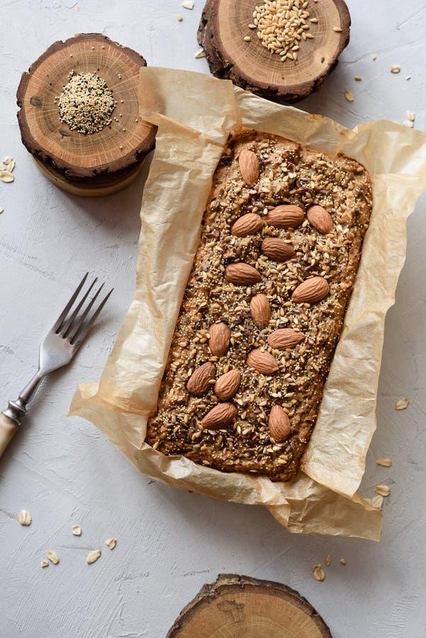 Σπιτική ελεύθερη χορτοφάγος ζύμη ζάχαρης γλουτένης ελεύθερη Oatmeal ψωμί με τους σπόρους και τα καρύδια που ψήνονται πρόσφατα στο στοκ εικόνες με δικαίωμα ελεύθερης χρήσης