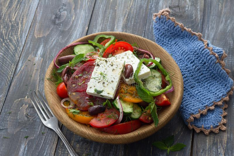 Σπιτική ελληνική σαλάτα από τις ντομάτες, τα αγγούρια, τα γλυκά πιπέρια, το τυρί, τις ελιές και τα πράσινα στοκ φωτογραφίες