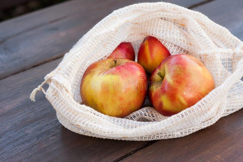 Σπιτική επαναχρησιμοποιήσιμη τσάντα αγορών για τα φρούτα και λαχανικά στοκ εικόνες