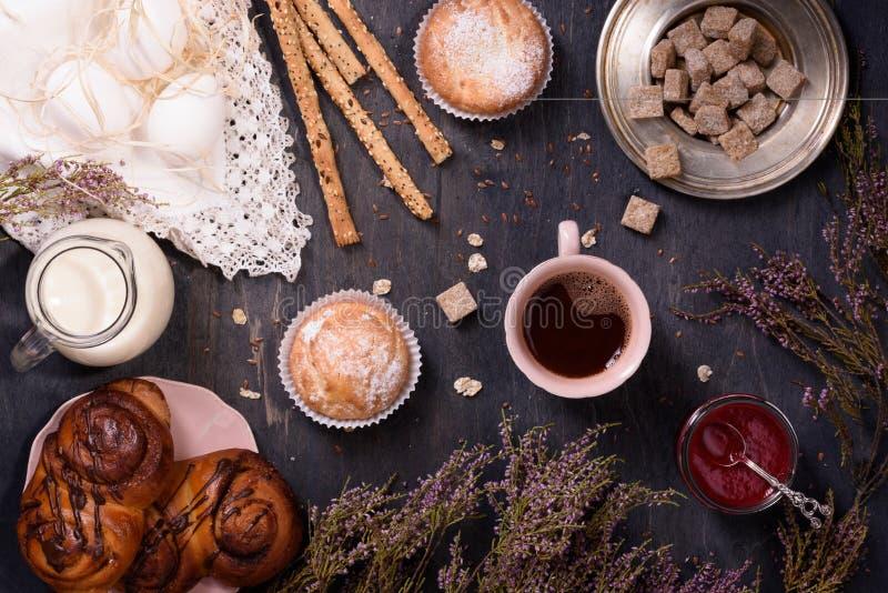 Σπιτική ζύμη με το κακάο, βρασμένα αυγά, γάλα στον ξύλινο πίνακα, τοπ άποψη, που διακοσμείται με την ερείκη στοκ φωτογραφίες