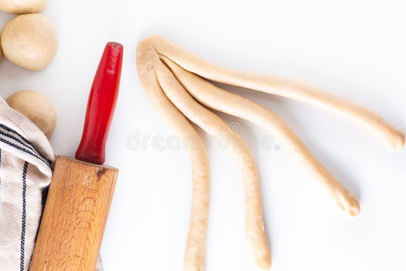 Σπιτική ζύμη πλεξουδών ψωμιού πλεξίματος διαδικασίας έννοιας τροφίμων challah στο άσπρο υπόβαθρο με το διάστημα αντιγράφων στοκ εικόνες με δικαίωμα ελεύθερης χρήσης
