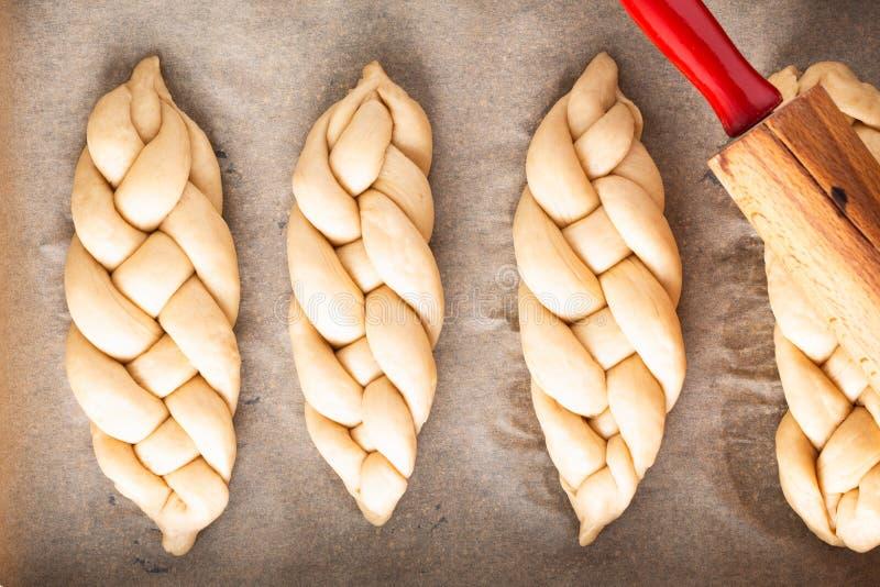 Σπιτική ζύμη πλεξουδών ψωμιού πλεξίματος διαδικασίας έννοιας τροφίμων challah στο άσπρο υπόβαθρο με το διάστημα αντιγράφων στοκ φωτογραφία με δικαίωμα ελεύθερης χρήσης
