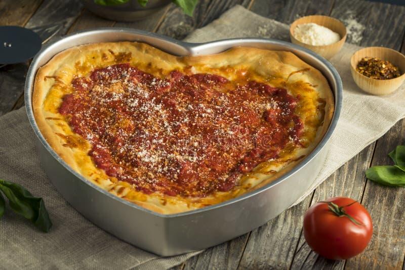 Σπιτική διαμορφωμένη καρδιά πίτσα πιάτων του Σικάγου βαθιά στοκ εικόνα με δικαίωμα ελεύθερης χρήσης