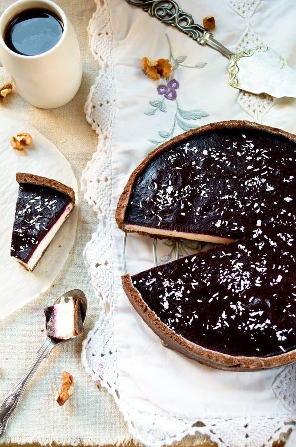 Σπιτική κρέμα σοκολάτας ξινή με τη ζελατίνα και τα ξύλα καρυδιάς βατόμουρων στοκ εικόνες