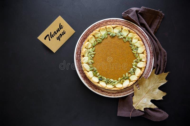 Σπιτική πίτα κολοκύθας με την κανέλα στο σκοτεινό ξύλινο υπόβαθρο Έννοια ημέρας των ευχαριστιών στοκ φωτογραφίες