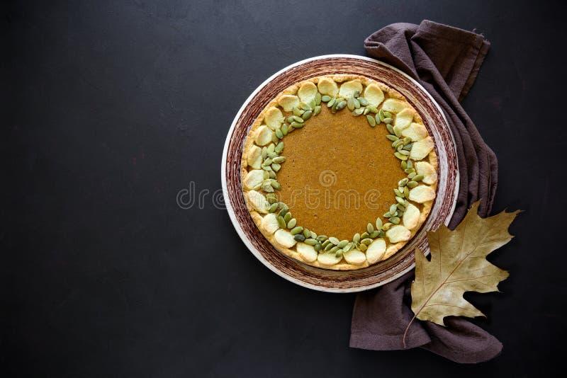 Σπιτική πίτα κολοκύθας με την κανέλα στο σκοτεινό ξύλινο υπόβαθρο στοκ εικόνες