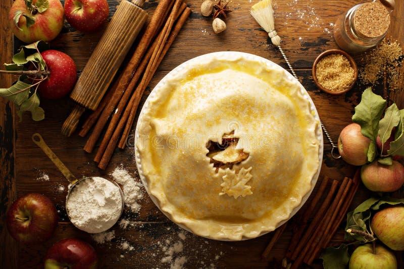 Σπιτική πίτα μήλων έτοιμη να ψηθεί στοκ εικόνες