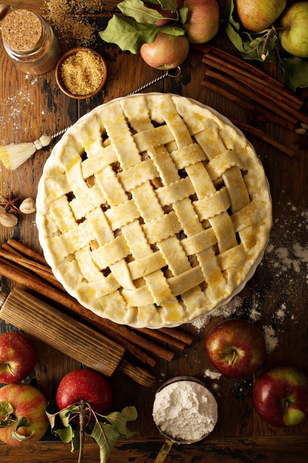 Σπιτική πίτα μήλων έτοιμη να ψηθεί στοκ φωτογραφία με δικαίωμα ελεύθερης χρήσης
