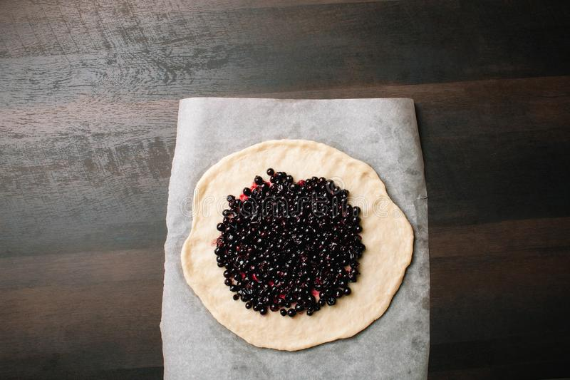 Σπιτική πίτα galette Η διαδικασία το κέικ εύγευστο επιδόρπιο Κέικ μαύρων σταφίδων Σπιτική συνταγή στοκ εικόνες
