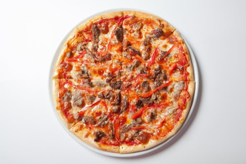 Σπιτική πίτσα αγαπών κρέατος με Pepperoni το λουκάνικο και το μπέϊκον στοκ φωτογραφία