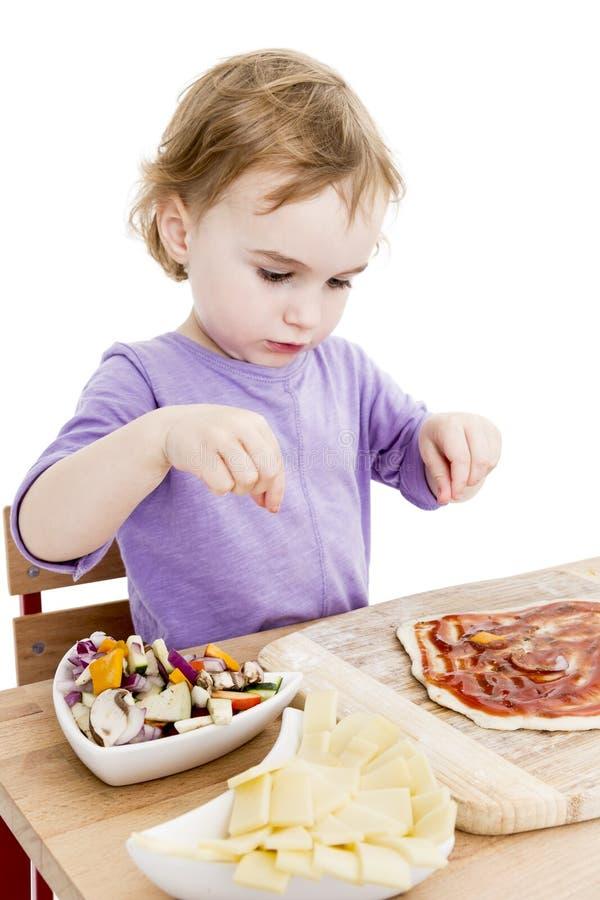 Σπιτική πίτσα από ένα χαριτωμένο μικρό κορίτσι στοκ εικόνα