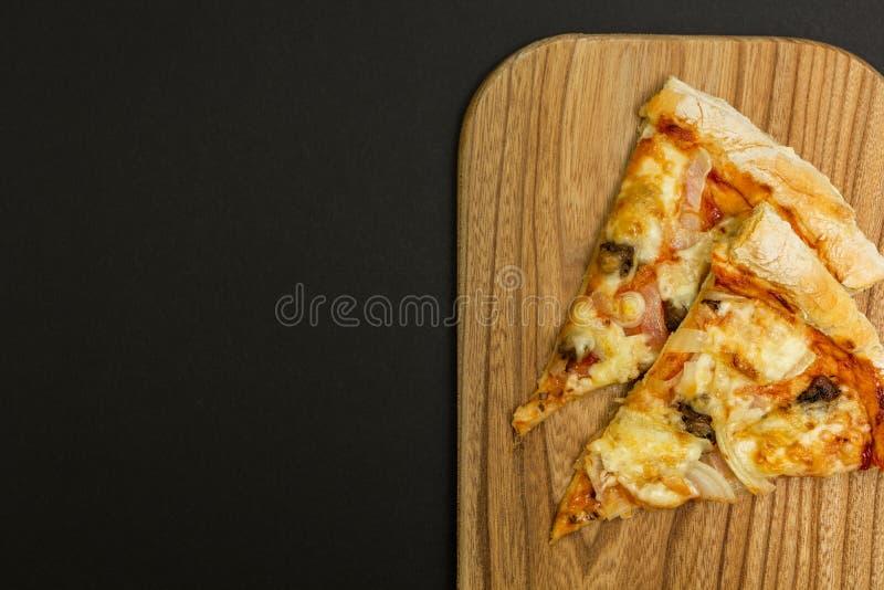 Σπιτική πίτσα σε ένα υπόβαθρο plack στοκ εικόνα με δικαίωμα ελεύθερης χρήσης