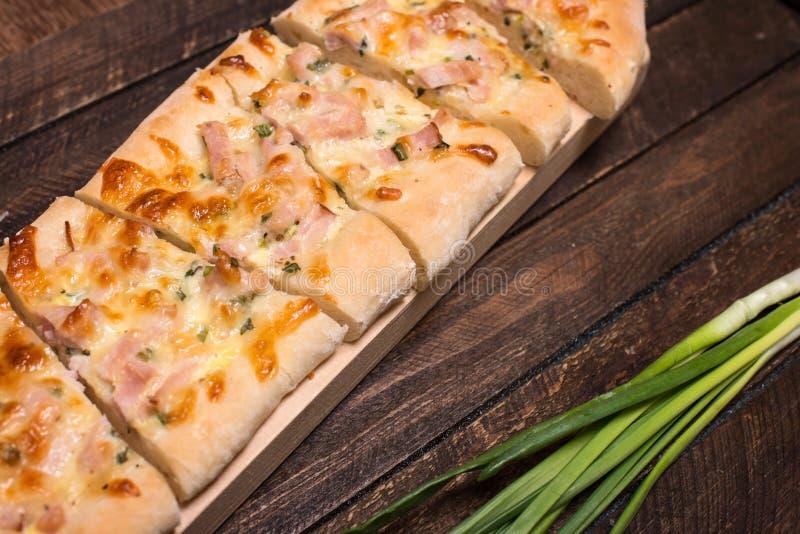 Σπιτική πίτσα στο αγροτικό ξύλινο υπόβαθρο Εκλεκτική εστίαση στοκ εικόνα