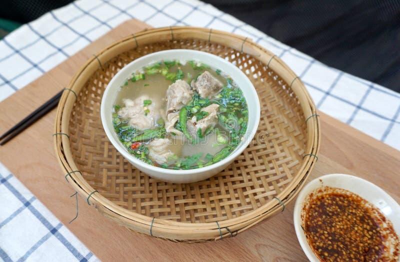 Σπιτική πικάντικη σούπα πλευρών χοιρινού κρέατος στοκ φωτογραφίες