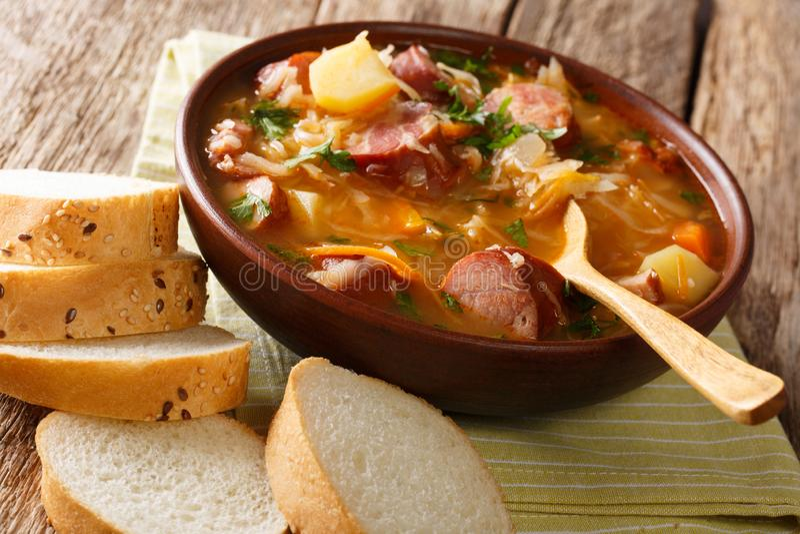 Σπιτική πικάντικη σούπα sauerkraut με τα λουκάνικα και τα λαχανικά γ στοκ εικόνες με δικαίωμα ελεύθερης χρήσης