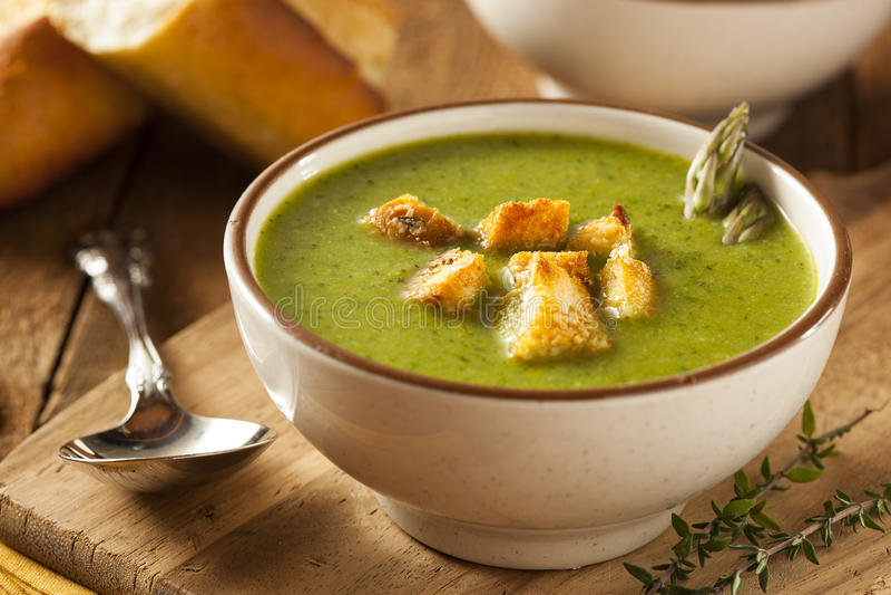 Σπιτική πράσινη σούπα σπαραγγιού στοκ εικόνες