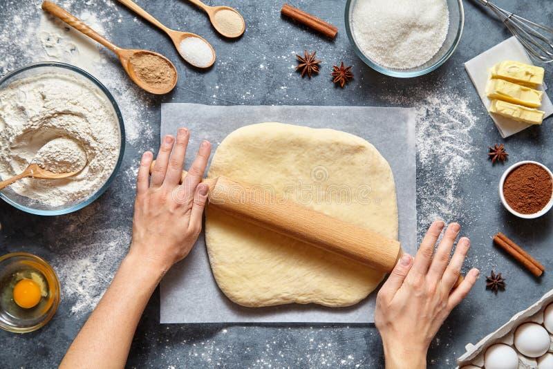 Σπιτική προετοιμασία συνταγής εργασίας, ψωμιού, πιτσών ή πιτών ζύμης Ο θηλυκός μάγειρας αρχιμαγείρων δίνει την κυλώντας ζύμη με τ στοκ εικόνα με δικαίωμα ελεύθερης χρήσης