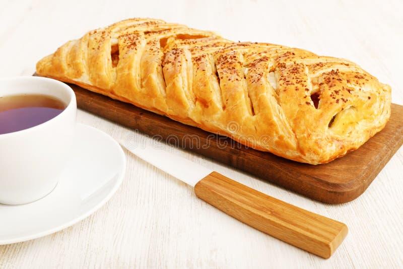 Σπιτική πλεγμένη ριπή πίτα με το τυρί, τα μήλα και τη σταφίδα εξοχικών σπιτιών στοκ εικόνα