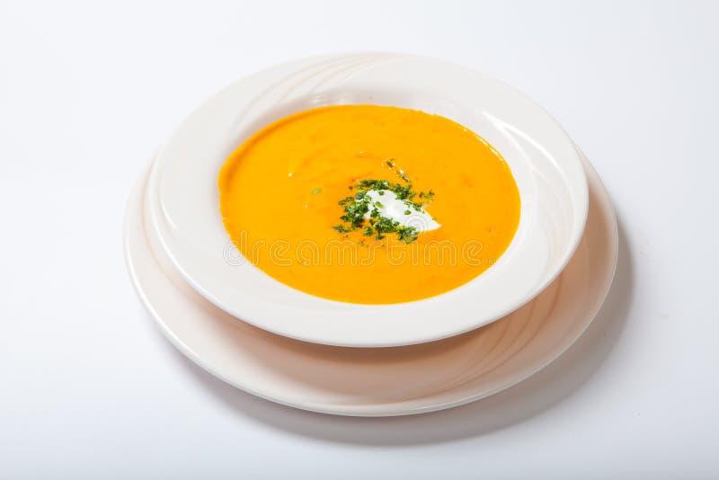 Σπιτική σούπα κολοκύθας με την κρέμα με τα καρυκεύματα στο άσπρο πιάτο στοκ φωτογραφία