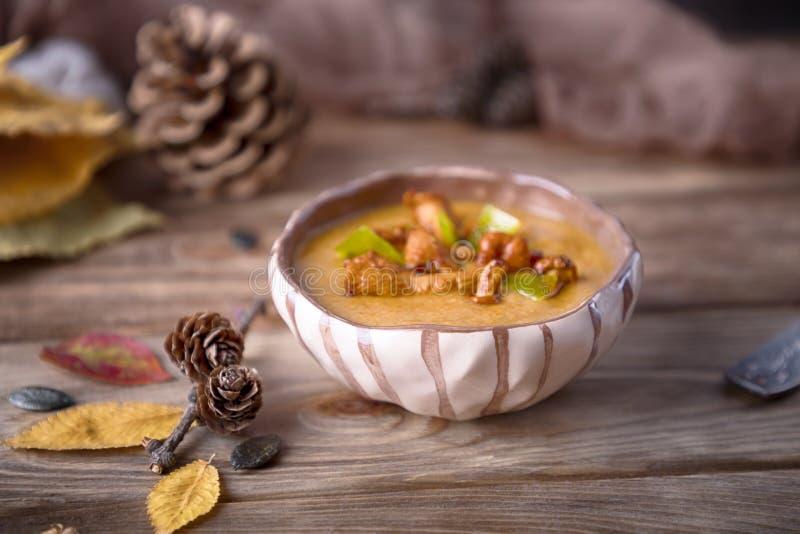 Σπιτική σούπα με τα μανιτάρια κολοκύθας και chanterelle στοκ εικόνα με δικαίωμα ελεύθερης χρήσης