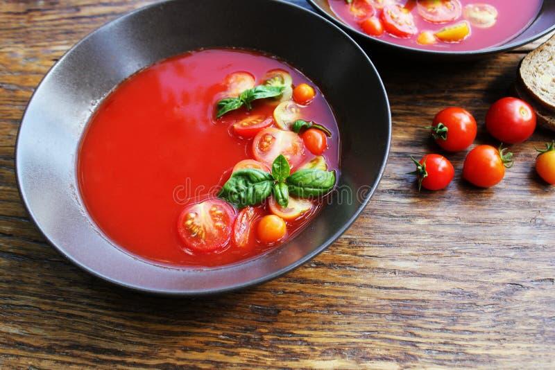 Σπιτική σούπα ντοματών Gazpacho στο καφετί κύπελλο κατανάλωση έννοιας υγιής στοκ φωτογραφίες