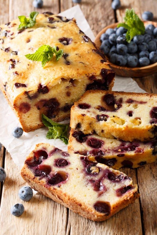 Σπιτική τεμαχισμένη muffin ψωμιού βακκινίων κινηματογράφηση σε πρώτο πλάνο κέικ κάθετος στοκ εικόνα