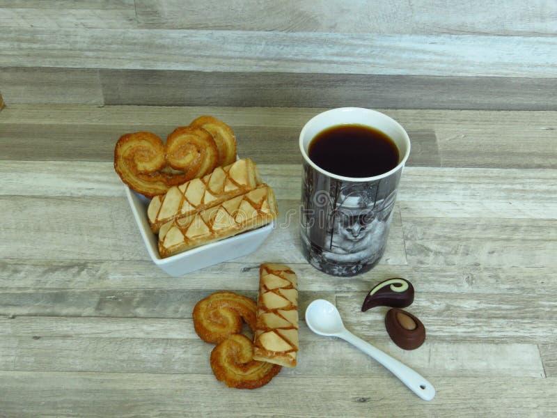Σπιτική τραγανή λεπιοειδής ζύμη ριπών στο άσπρους κύπελλο και τον καφέ πορσελάνης στοκ εικόνες