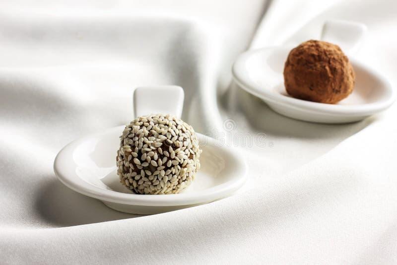 Σπιτική υγιής ακατέργαστη τρούφα καραμελών με το σουσάμι και τη σοκολάτα στοκ φωτογραφία με δικαίωμα ελεύθερης χρήσης